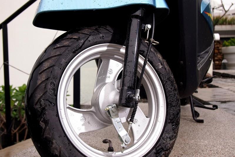 前輪採用油壓避震搭配鼓式剎車制動力已經足夠