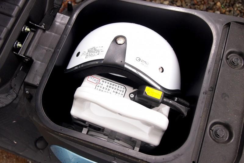 座墊下空間除了電池也能放進一頂西瓜皮安全帽