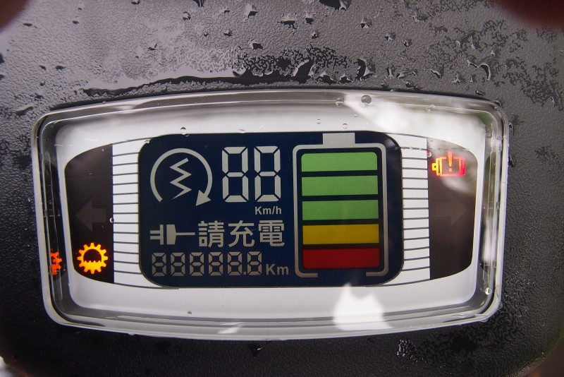 彩色液晶儀錶能顯示電量與多種資訊