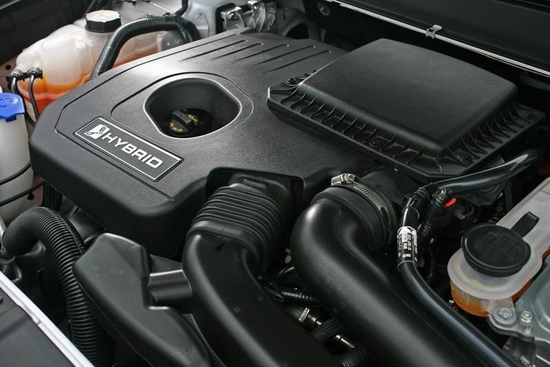 新世代2.0升直四汽油搭配電動馬達,不僅造就190匹/6000轉最大輸出,而且確實可以獲得優異的油耗數據,可別忘了Mondeo Hybrid可是輛車長4871mm、車重1645公斤的大傢伙啊!