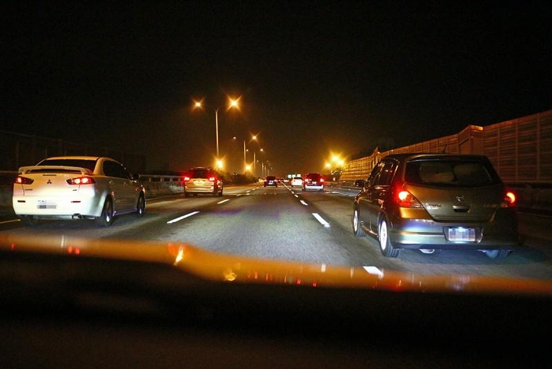 繼續一路向北,就算時間接近凌晨路上車流依舊不算少。