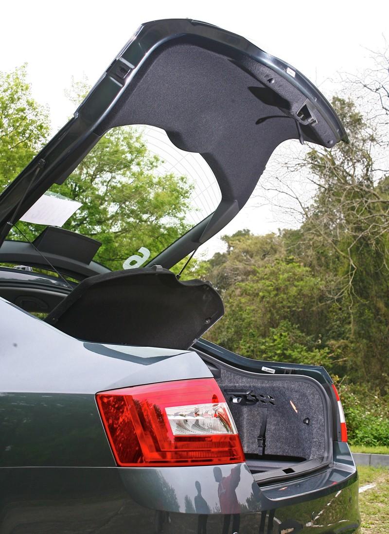 掀背式尾門置放大型物件十足簡便。