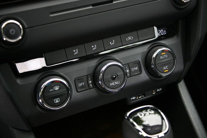 左右雙區恆溫空調是標準配備。