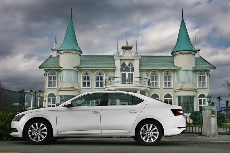 這代的Superb就連Sedan房車版本也有著流暢優雅的線條,C柱不再像前身線條較為生硬,而以一種扣人心弦的優雅姿態呈現。