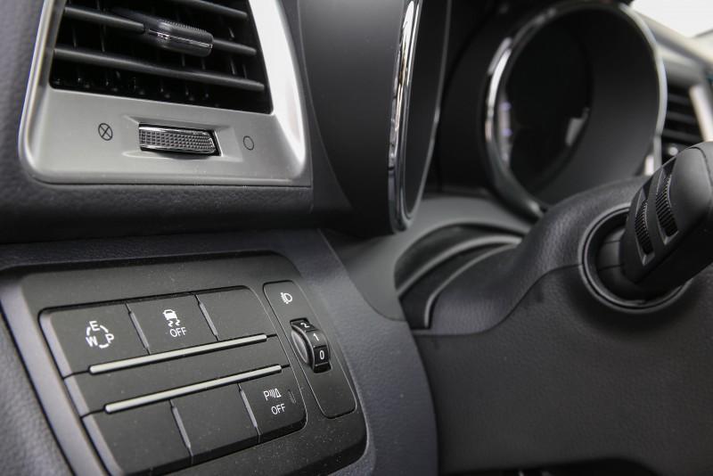 換檔模式切換與安全系統開關設置於方向盤左側。