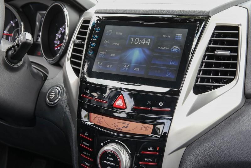 8吋全彩影音娛樂系統,搭配專屬的多指操作手勢,就像把熟悉的平板電腦塞入控台般。