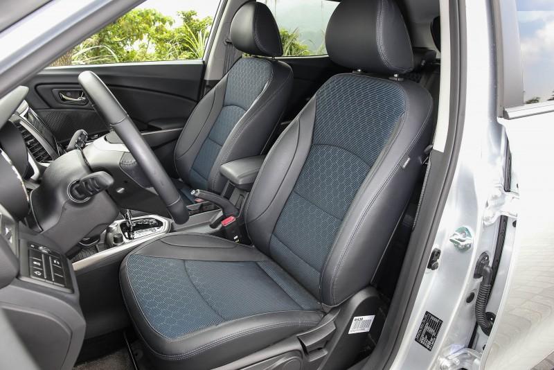 採用仿真皮與不織布雙彩材質打造座椅,視覺表現出色。