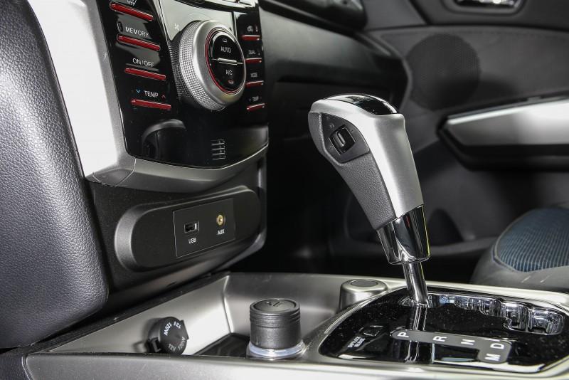 六速手排變速箱的手排操作介面過小,較不就手。