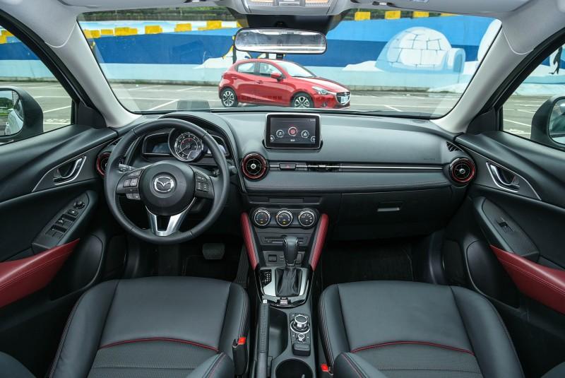 除了透過材質與顏色的鋪陳更添活潑感以外,CX-3的內裝格局與Mazda2還是相當雷同。