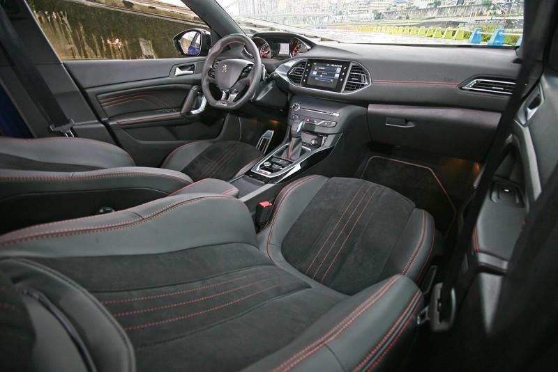雙材質座椅搭配紅色車縫線,低調中難掩性能味。