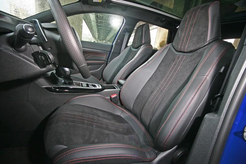 真皮與麂皮搭配的座椅相當舒適好坐,質感也相當不錯。
