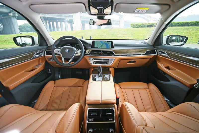 雙色鋪陳的車室空間,細膩的質感讓人永難忘懷。