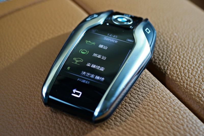 觸控螢幕鑰匙當然是全新7 Series最炫的配備了,單是從鑰匙便能查詢甚至設定里程、空調甚至車況等資訊。