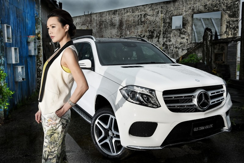太年輕的車模並不適合搭配GLS,本次搭配拍攝車模無論造型髮妝都與車型定位相當契合