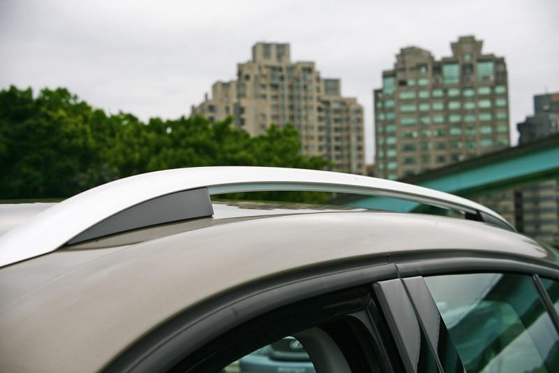 炫銀金屬車頂行李架,質感與功能兼具。