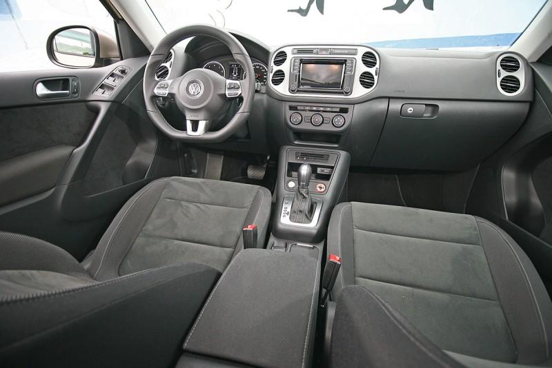 座艙內大幅採用ArtVelour類麂皮布混搭材質,提升視覺質感也提升觸感。
