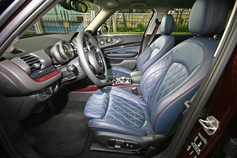 選配的菱格紋藍色真皮座椅,濃郁英倫風格之餘,GT情懷滿溢。
