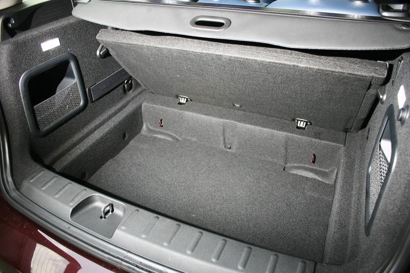 行李廂計有365公升容積,待後座椅背放倒後,更能夠延展至1250公升之闊。