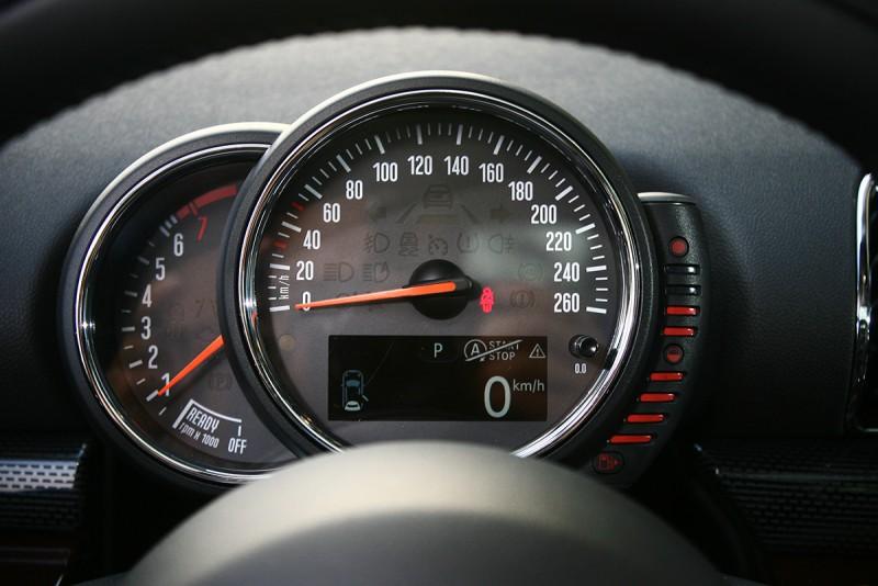 儀錶與駕控介面,一派Mini氛圍。