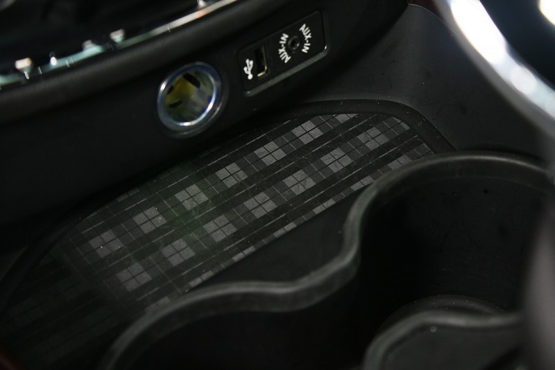 值得一提的,就連中控台下方零碎置物空間,膠質底部也飾以英式風情濃厚的格紋呈現。