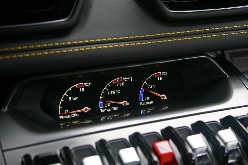 分別顯示油壓、油溫與電壓的電子式三環錶,隨時監控車輛狀況。