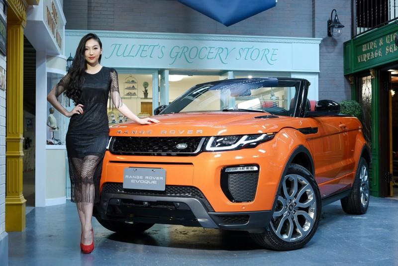 Range Rover Evoque Convertible在高挑車模身旁像大一號寵物一樣乖巧