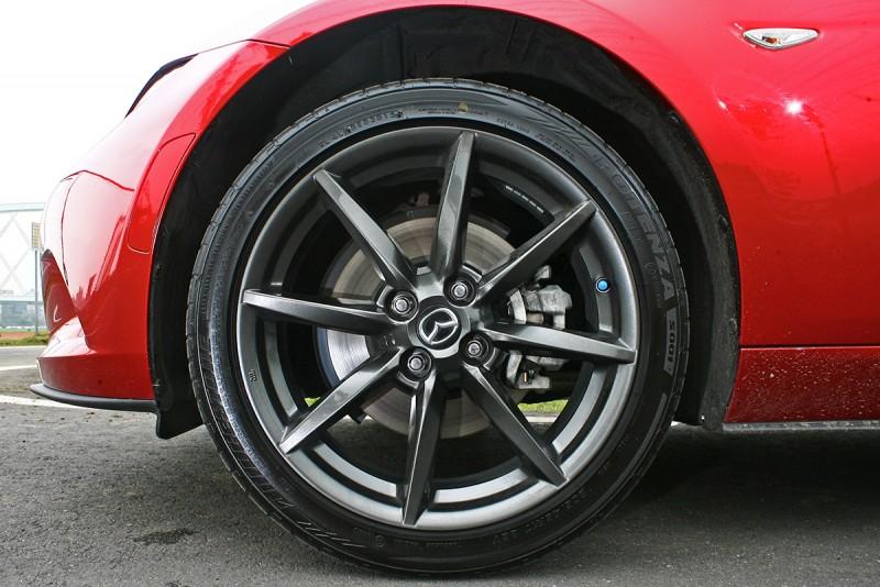 槍黑色的鋁圈是17吋,但造型有些普通,而且彈簧高度造成車胎離輪拱實在有些過遠。