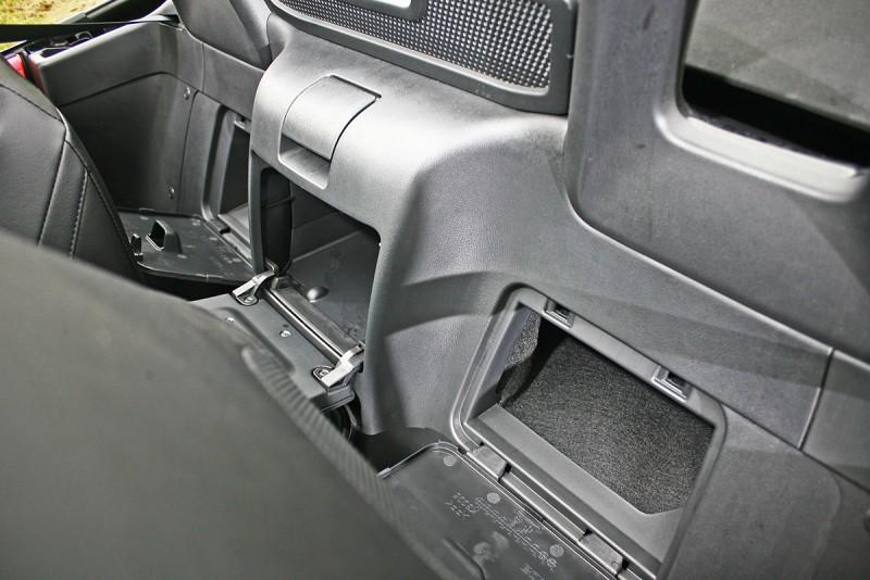 座椅後方有三個小置物空間,對於Roadster來說簡直奢侈。