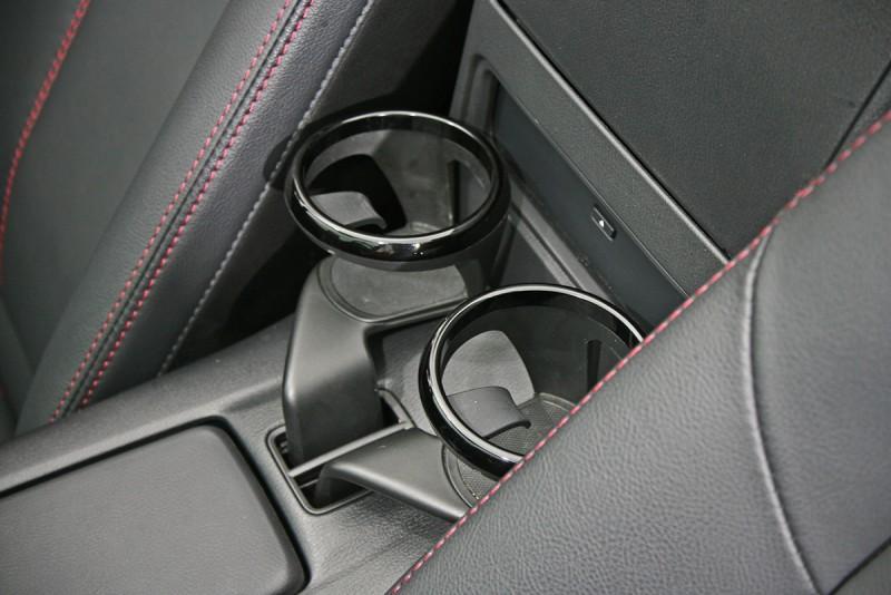 座椅間可動式置杯架是好設計。