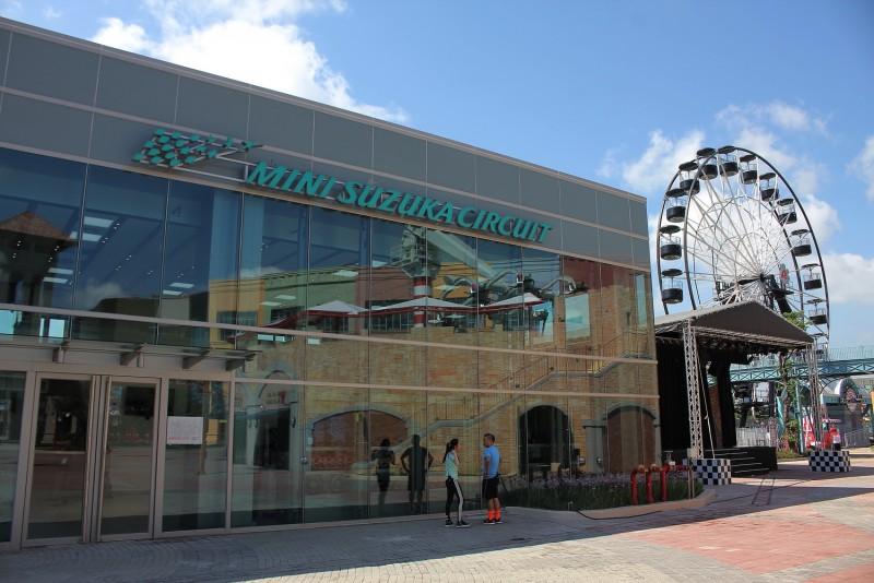 「鈴鹿賽道樂園」建築物外觀與日本同步,採用落地全採光玻璃帷幕