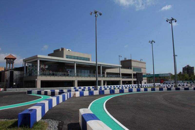 從賽道內看「鈴鹿賽道樂園」主建築,二樓的觀賽平台可以俯視整條賽道