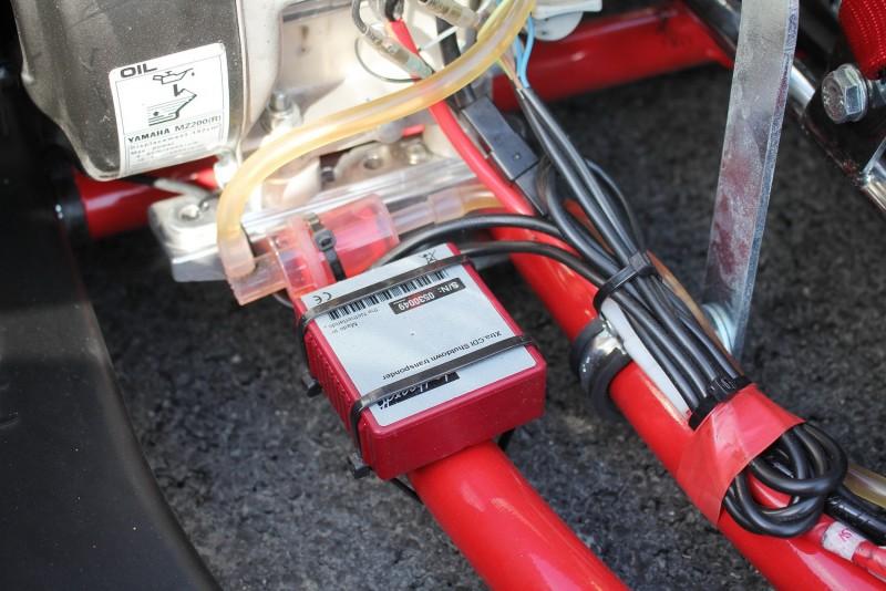 車子右方的紅色盒子則是油門限轉控制盒,用於比賽出現嚴重事故或時間終了時,控制場內所有車輛以怠速滑行