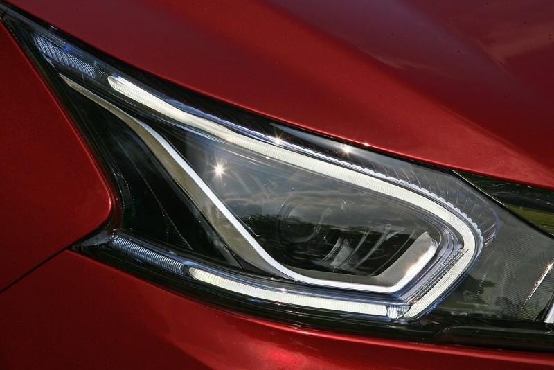 頭燈組構型漂亮,LED日行導光條更提點出科技氛圍。