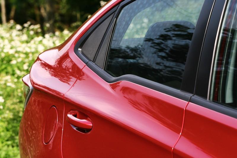 C柱前的窗沿肩線以轉折方式呈現,是Luxgen S3的招牌設計。
