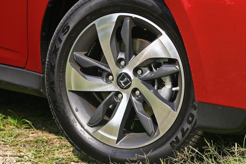 16吋五幅多肋雙色鋁圈也是讓動感氛圍加乘的理由。