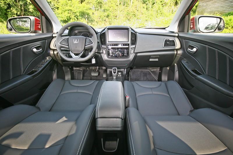 S3雖然僅為B Segment小型房車,但無論中控台或是門板座椅設計皆有其相當水準。