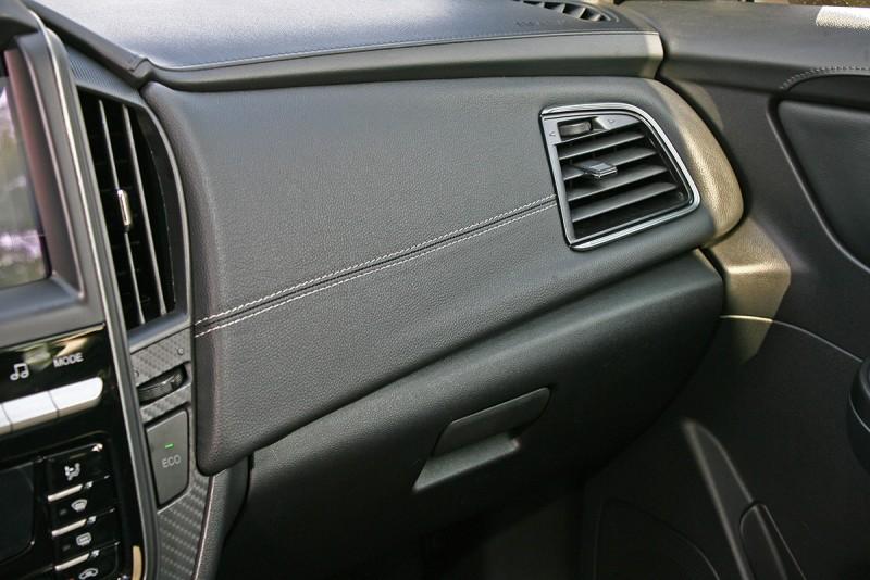 助手座手套箱上方以縫皮的方式呈現軟質手感,一舉讓車室質感大幅提升,有機會問鼎同級車之最。