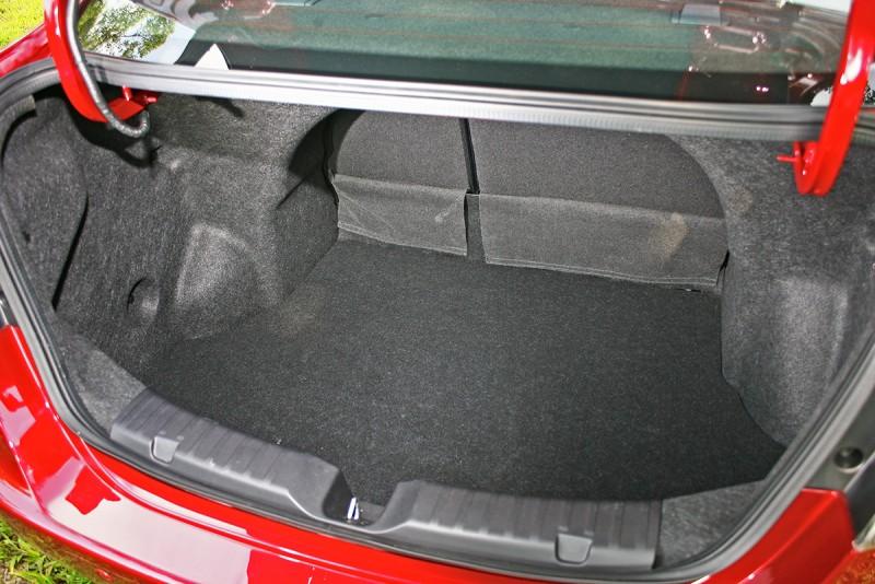 行李廂受惠於無備胎設計(標配補胎劑),因此擁有相當寬廣且深遠的容積。