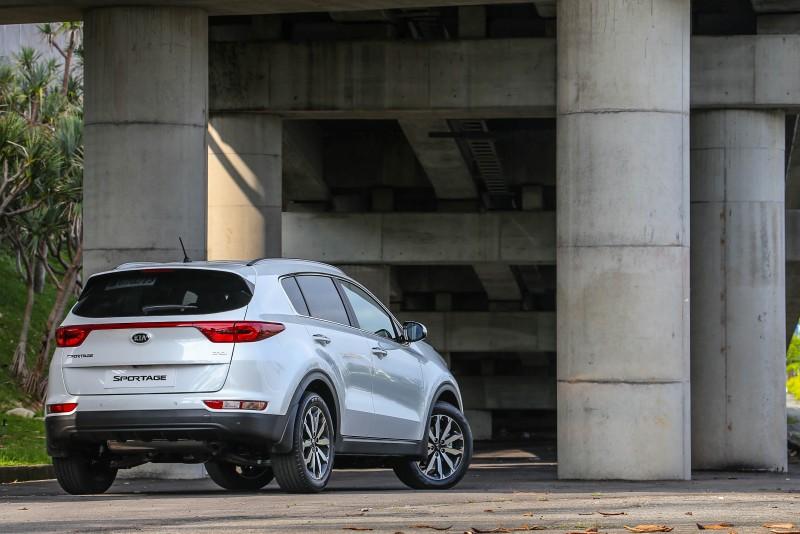 相較於車頭,車尾的辨識度一點也不遜色,連成一氣的後尾燈,絕對是讓其於車陣中一點認出的最大特色。