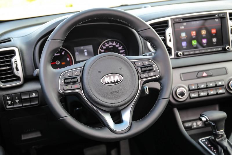 多功能方向盤搭配握感紮實的手感,還有駕駛導向的控台設計,展現全新Sportage著重駕馭樂趣的設計思維。