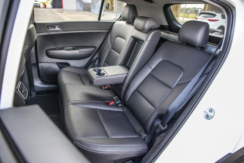 後座乘坐空間也相當出色,搭配椅背可調整機制,更加提升乘坐舒適度。