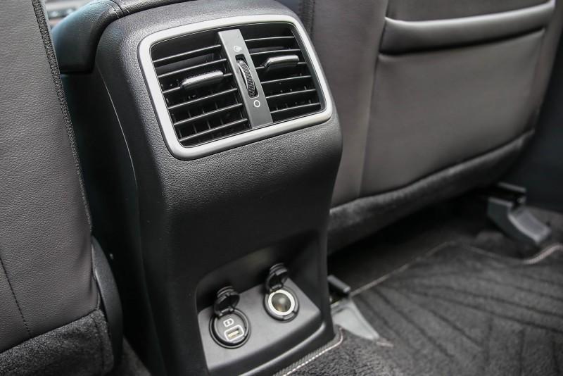 具備後座專屬出風口,下方還提供12V與USB充電座。