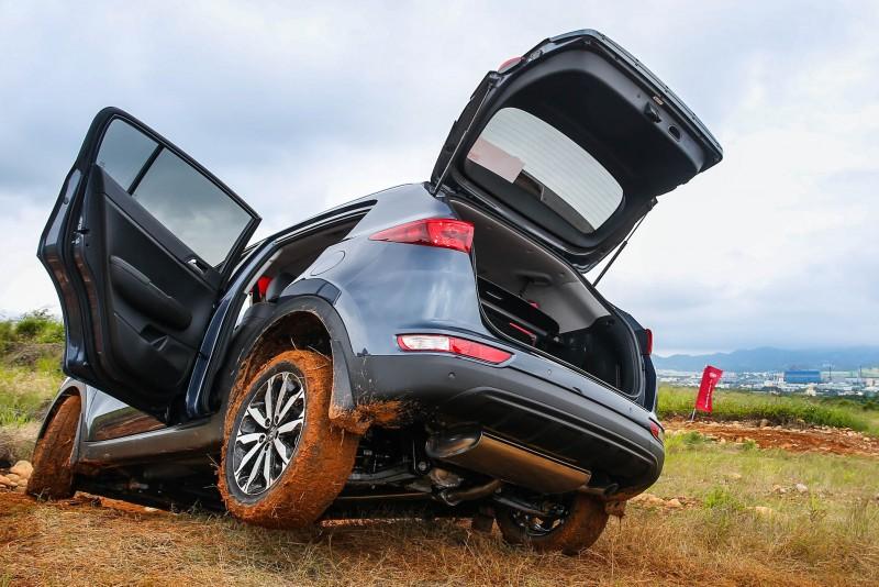 後輪懸空時車門與後廂門皆能開啟,展現強大的車體剛性。