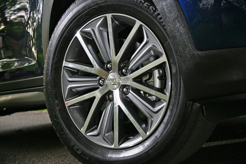 汽油版本的17吋鋁圈造型漂亮,可惜胎厚了些比例較「溫馴」。