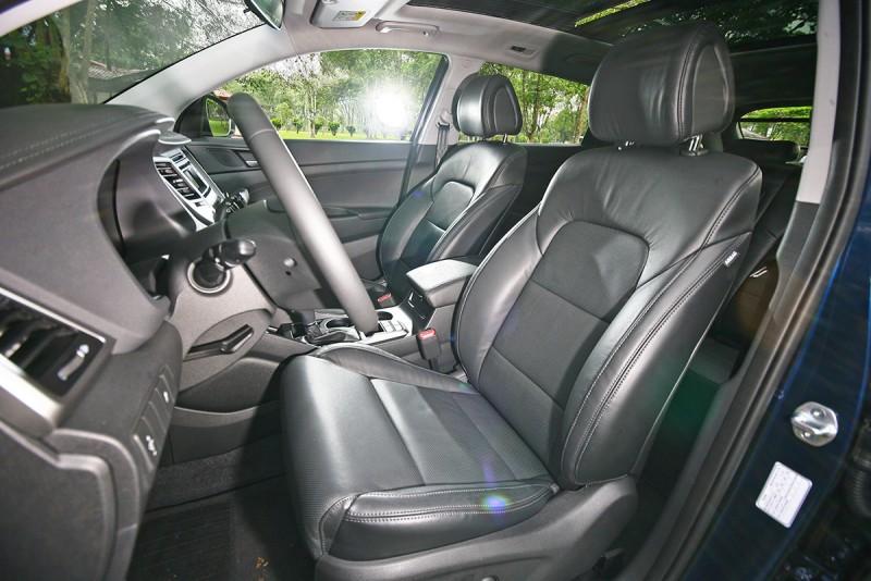 座椅造型平實,乘坐上感受承托性不俗,但椅墊泡棉稍稍偏硬,確實近似德系車風格。