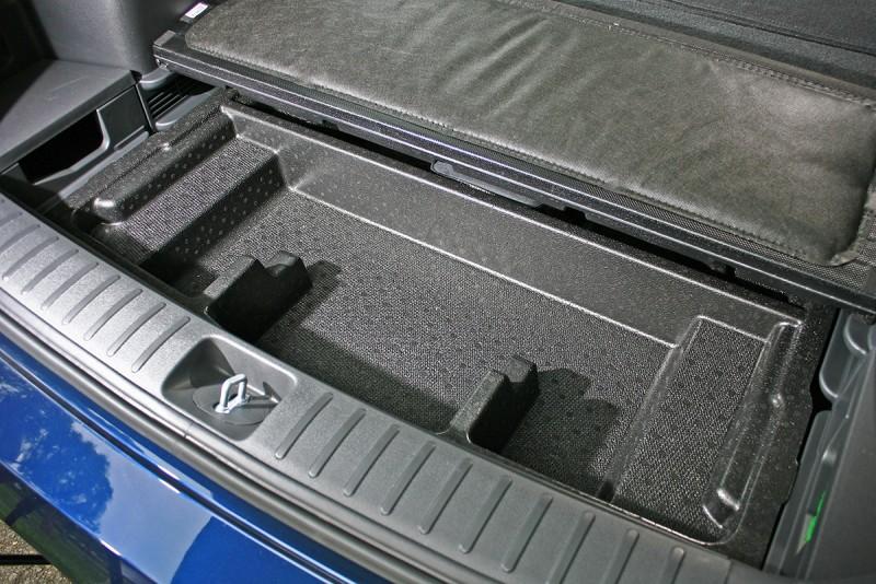 底版下方也有零碎置物空間可供車主利用。
