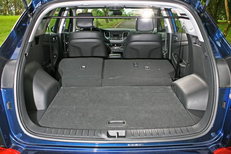 將後座椅背全部放倒更可獲得高達1503L的大空間,作為家庭用車一點也不顯勉強。