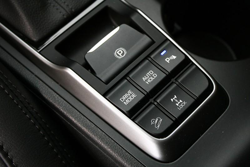 柴油四驅車型在排檔座後頭的控制介面有所不同,起碼電子式四輪驅動鎖定鍵僅只此處可見。
