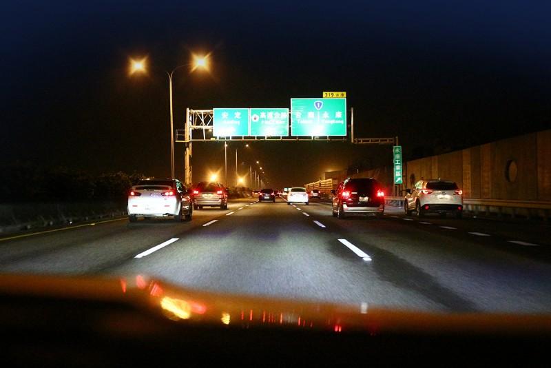 新官上任?交通部於5月22日發出新聞稿指出,為降低夜間行車風險,今年端午連假將不鼓勵民眾利用深夜時段趕路,因此晚間11時至清晨6時將恢復收費。