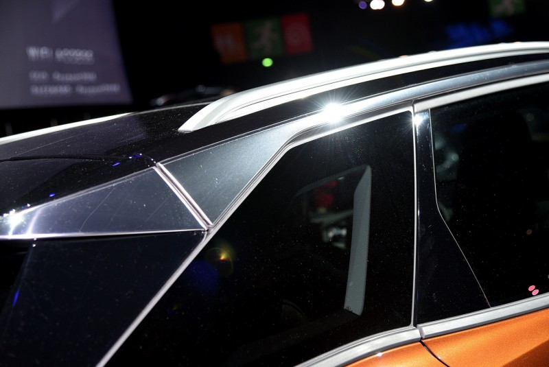 C柱與D柱都採用黑色鋼琴烤漆飾板,車窗上緣則是有鍍鉻飾板向車尾延伸